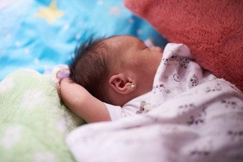 En baby pakket inn i et teppe.