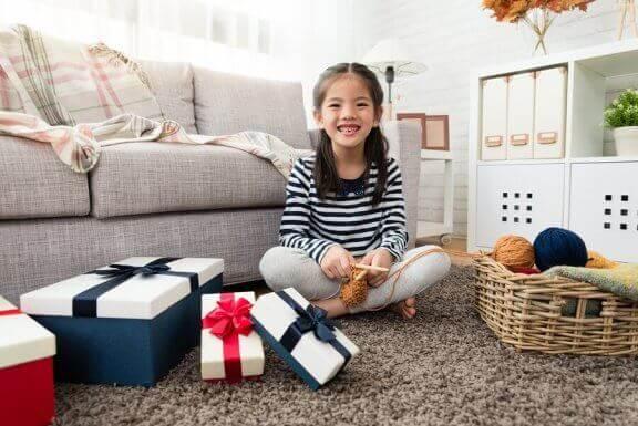 Bruk av straff og belønning kan føre til at du må gi barnet ditt mange gaver, som denne jenta.