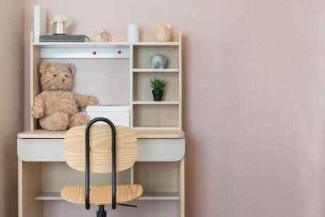 Dekorer barnets studierom med et skrivebord og en stol