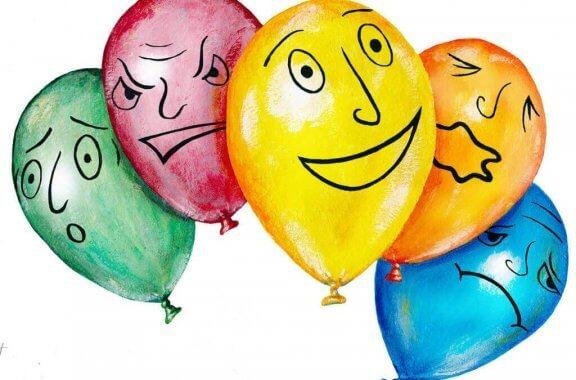 En gruppe ballonger med forskjellige ansiktsuttrykk.