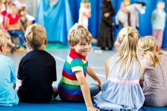 Noen barn som følger med på et barneteater
