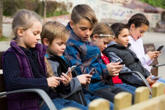 Datarelaterte helseplager hos barn: Dette bør du vite