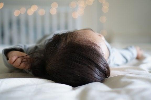 Hva du bør gjøre om babyen har falt ut av sengen
