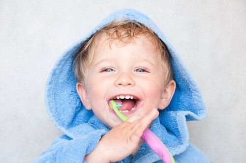 Lite barn pusser tennene