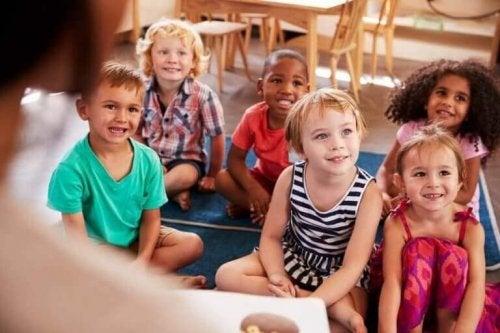 Barn som følger nøye med på et eksperiment.