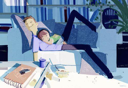 Far og datter hviler på sofaen