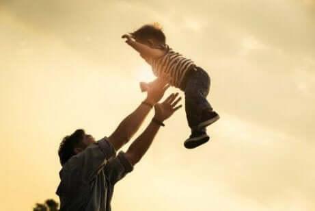 far kaster barn i været