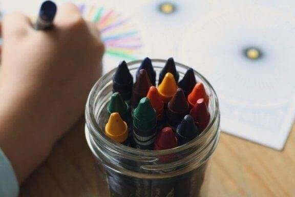 Hvordan kan du tolke fargene i barns tegninger