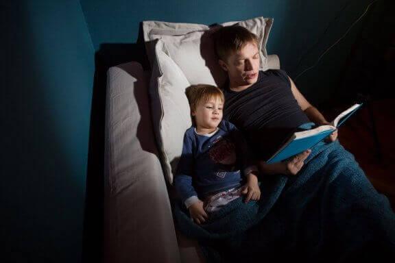 Far leser for sønn