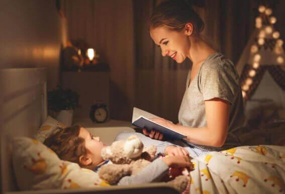 Mor leser for barn