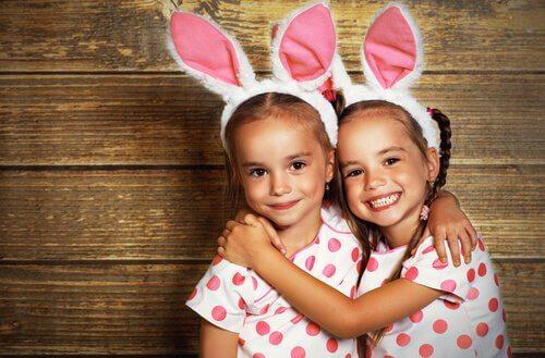 Søstre som er kledd på samme måte og smiler.