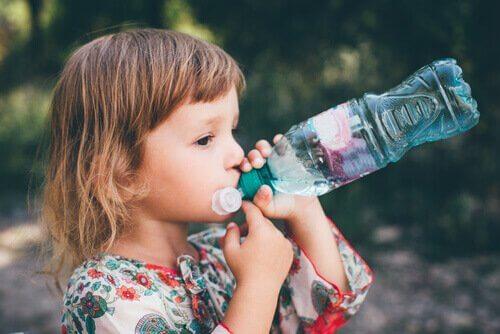 barn drikker vann