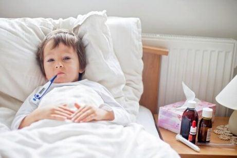 Et sykt barn ligger i en seng.