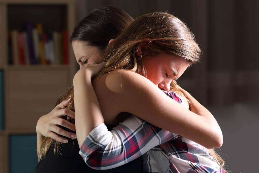 Mor og datter klemmer hverandre.