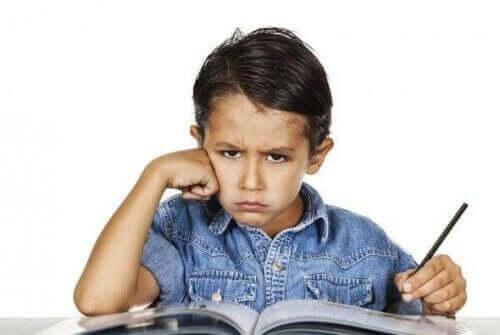 En gutt som gjør lekser hjemme.