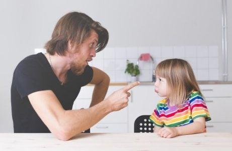 En far sitter med datteren sin