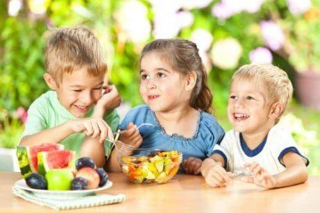 Fruktsalat er en av de beste sunne mellommåltidene for barn.
