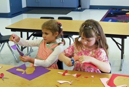 Barn som øver på å klippe med saks.