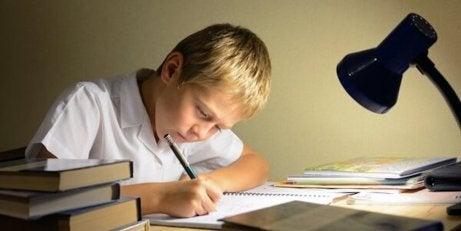 En gutt som jobber med leksene