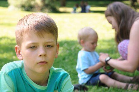 En gutt som føler seg oversett av moren.