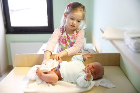 En jente som er med på å ta vare på sitt yngre søsken.