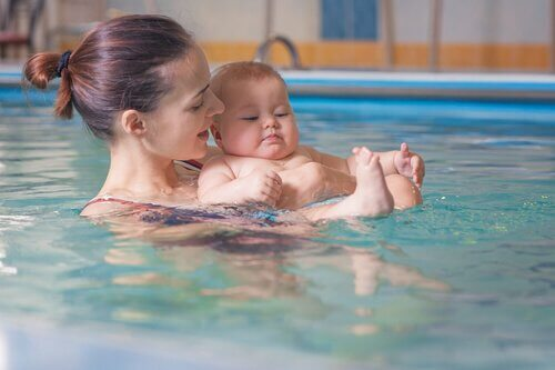 Fordeler med svømmetimer for mor og barn
