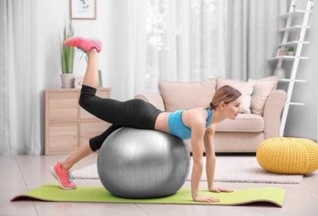 En kvinne med en treningsball