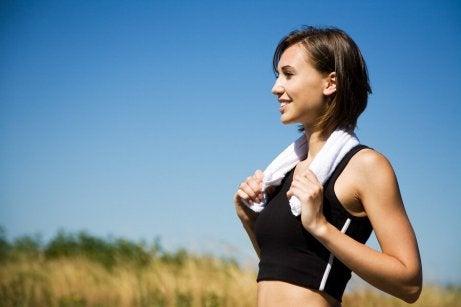 En kvinne som er ute og jogger