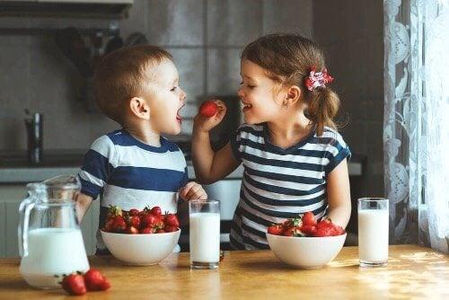 Fordeler og ulemper ved å atskille tvillinger på skolen