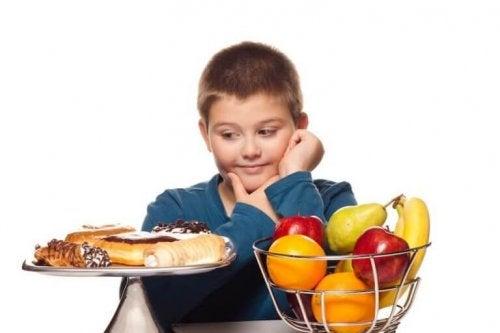 Unngå overvekt hos barn ved å lære dem gode vaner.