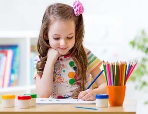 Jente skriver med venstrehånden