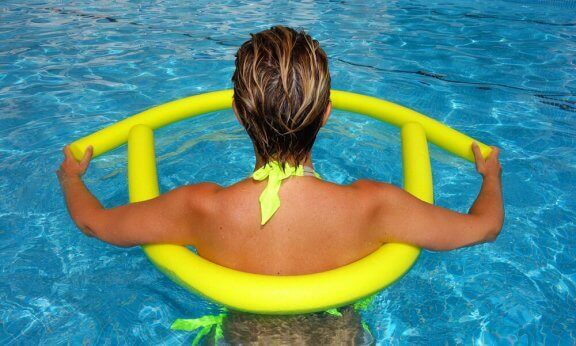 Gravid i svømmebasseng