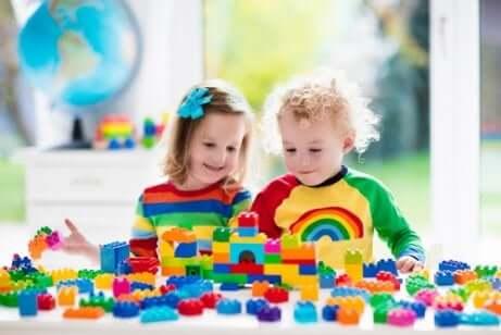 Strukturert lek med byggeleker