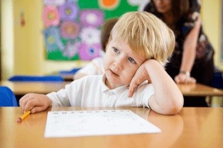 Hva å gjøre for barn som snakker for mye i klassen