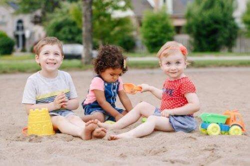 Barna kan lære sosiale evner ved å leke med andre barn.