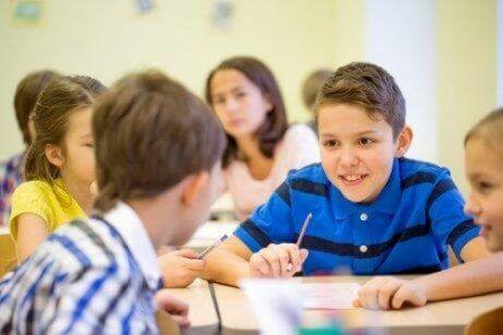 Hva å gjøre for barn som snakker for mye i klasse
