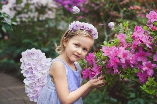 Hvordan lage en hårbøyle med blomster for jenter