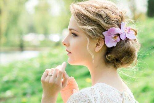 Hårpynt til bruder: Romantisk stil med blomster