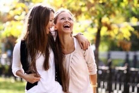 Kvinner som ler