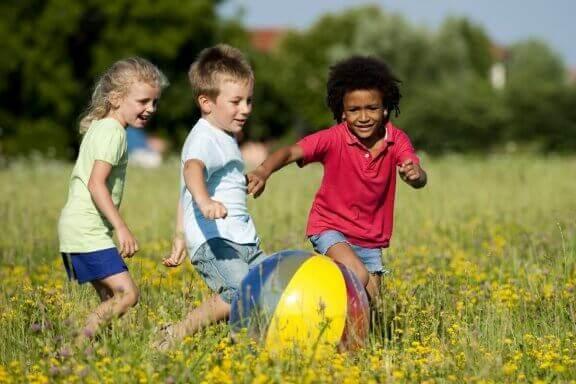Barn leker utendørs