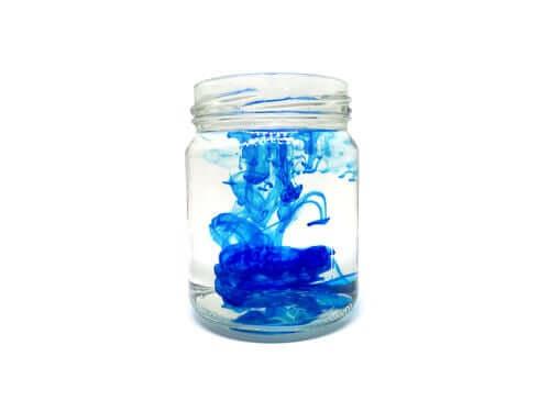 Blått vann i en krukke