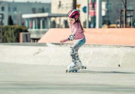 Å lære barn å gå på rulleskøyter: Enkle steg å følge