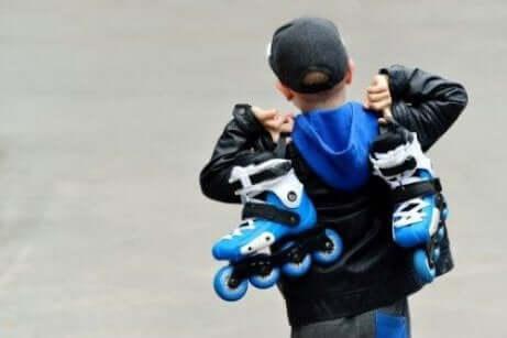 Å lære barn å gå på rulleskøyter: Enkle trinn å følge