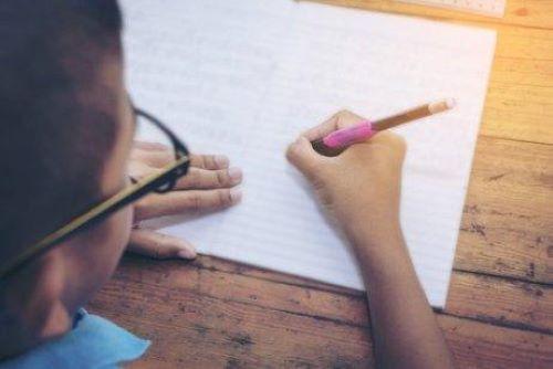 Det er mye du kan gjøre for å hjelpe med barnets håndskrift.