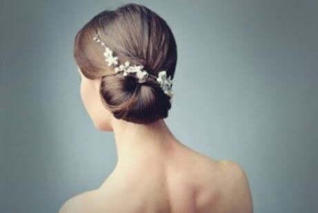 Hårpynt til bruder: Romantiske stiler med blomster