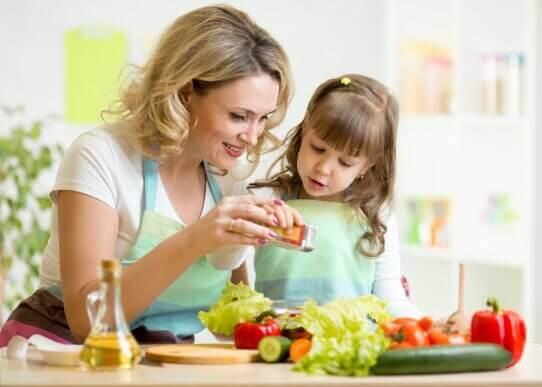 Slik kan du underholde barna mens du lager middag