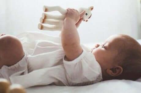 Baby med et objekt i hånden