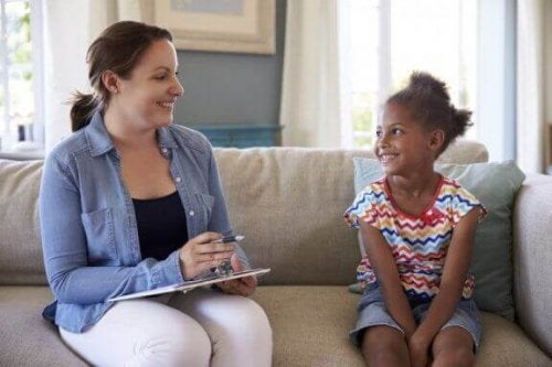En ekspert på pediatrisk psykologi snakker med jente.