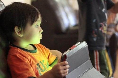 Et barn i dag får tidelig bruke nettverk.