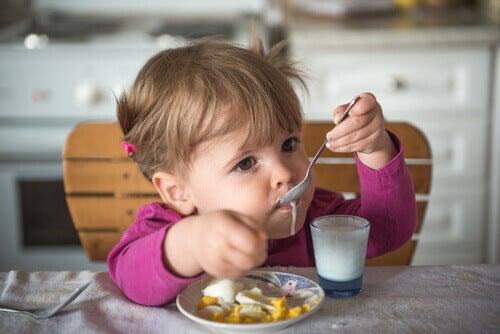 Barn som spiser frokost